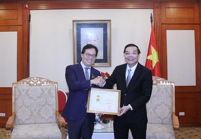 Bộ trưởng Chu Ngọc Anh trao tặng Kỷ niệm chương Vì sự nghiệp KH&CN cho Đại sứ Dương Chí Dũng.