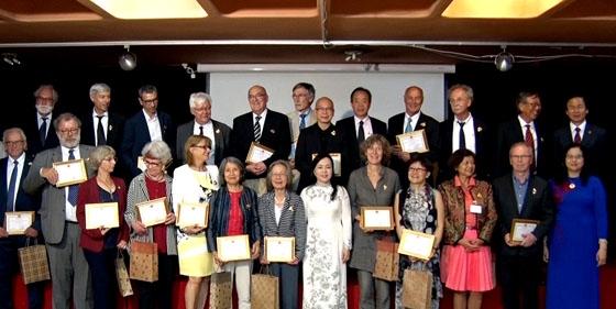 Trao tặng Kỷ niệm chương vì sức khỏe nhân dân cho các chuyên gia và cán bộ y tế Pháp