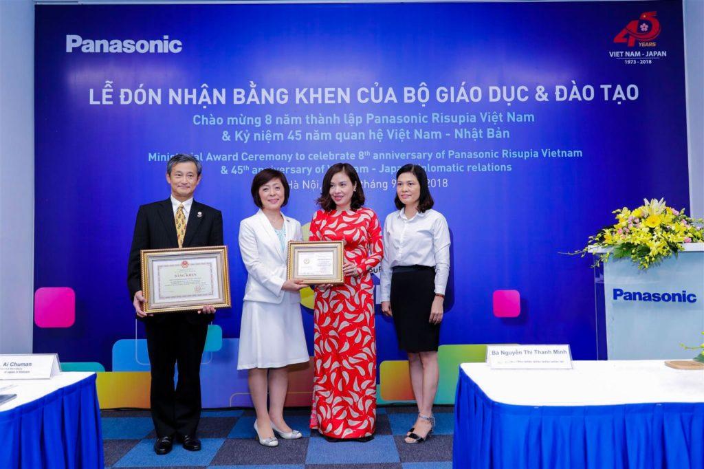 Ông Kazuhiro Matsushita – Tổng Giám đốc công ty TNHH Panasonic Việt Nam và bà Yoshiko Hamazaki nhận bằng khen và kỷ niệm chương từ Bộ Giáo dục – Đào tạo.