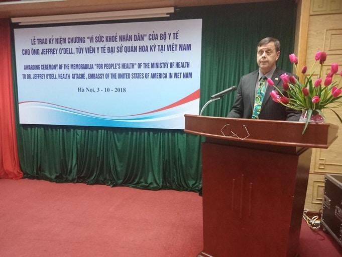 Bác sĩ Jeffrey O'Dell phát biểu tại lễ trao Kỷ niệm chương.