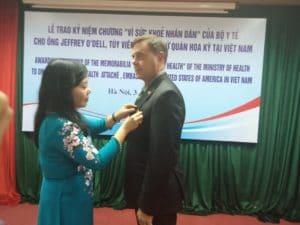 Bộ trưởng Bộ Y tế Nguyễn Thị Kim Tiến trao Kỷ niệm chương Vì Sức khỏe nhân dân cho BS. Jeffrey O'Dell.